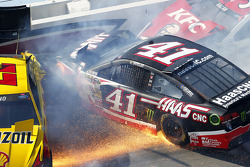 Crash for Joey Logano, Team Penske Ford, Kurt Busch, Stewart-Haas Racing Chevrolet, David Ragan, Front Row Motorsports Ford