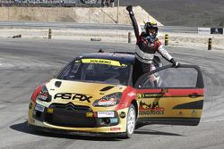 Vencedor Petter Solberg celebra