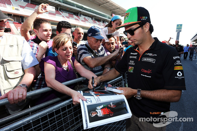 Sergio Perez, Sahara Force India F1, firma autografi ai fan nei box