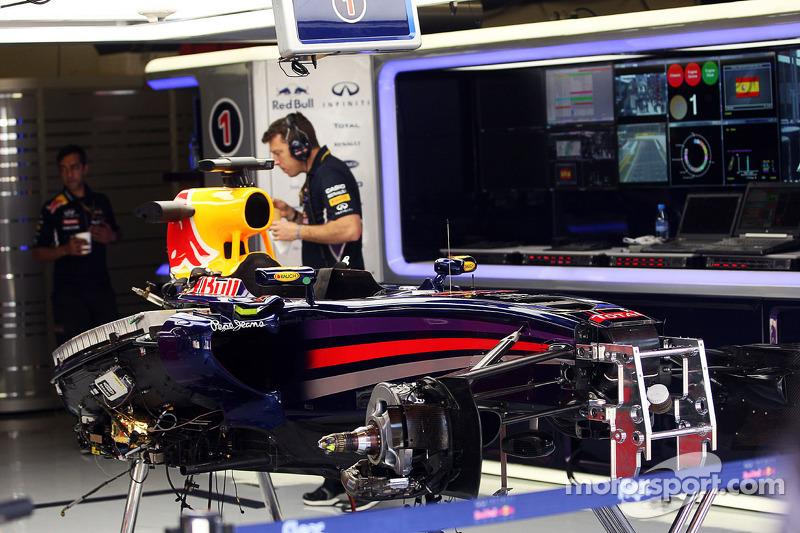 Il telaio nudo della Red Bull Racing RB10 di Sebastian Vettel, Red Bull Racing, fuori dalle FP2 con un  problema elettrico