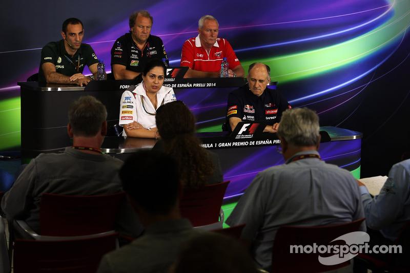 La Conferencia de Prensa FIA: Cyril Abiteboul, Caterham F1 Team Principal; Robin Frijns, Test Caterham CT05 y la Reserva del conductor; John Booth, Marussia F1 Team Team Principal; Monisha Kaltenborn, Sauber Team Principal; Franz Tost, Scuderia Toro Rosso