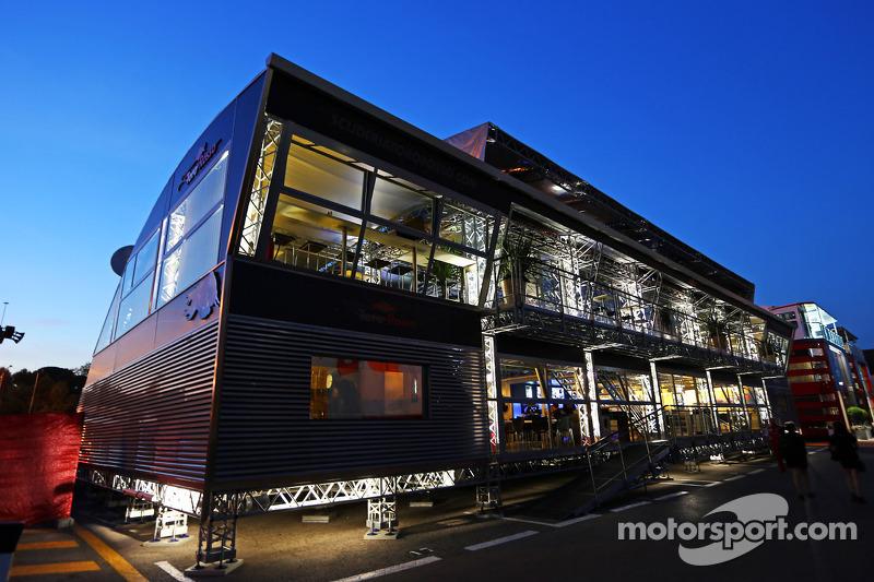Estación de Energía de Red Bull en la noche