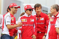 (Da sinistra a destra): Marc Gene, Ferrari Test Driver con Fernando Alonso, Ferrari