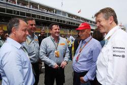 (Da sinistra a destra):  Alberto Pirelli, Pirelli Deputy Chairman con Mario Isola, Pirelli Racing Manager, Paul Hembery, Direttore Pirelli Motorsport, Niki Lauda, Presidente non Esecutivo Mercedes, sulla griglia