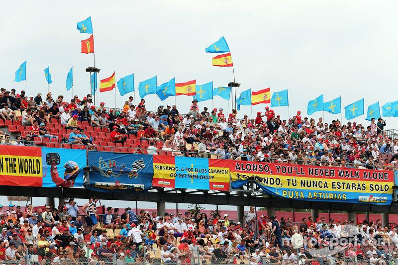 Fernando Alonso, Ferrari F14-T fans and flags