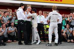 Yarış galibi Lewis Hamilton, Mercedes AMG F1 kutlama yapıyor ve Dr. Dieter Zetsche, Daimler AG CEO, Toto Wolff, Mercedes AMG F1 Hissedarı ve Genel Müdürü, takım arkadaşı Nico Rosberg, Mercedes AMG F1 ve takımı