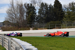 Брендон Хартли, Scuderia Toro Rosso STR13, и Кими Райкконен, Ferrari SF71H