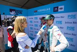 La présentatrice Nicki Shields discute avec Tom Blomqvist, Andretti Formula E Team