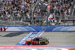 Martin Truex Jr., Furniture Row Racing, Toyota Camry Bass Pro Shops/5-hour ENERGY se lleva la bandera a cuadros