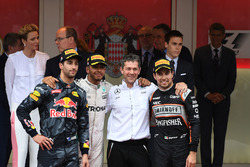 Podium: winnaar Lewis Hamilton, Mercedes AMG F1, derde Sergio Perez, Force India