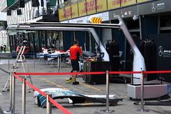 Box Mercedes AMG F1 e personale DHL