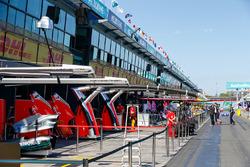 Garage Mercedes AMG F1 e Ferrari