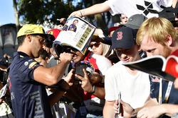 Daniel Ricciardo, Red Bull Racing firma autógrafos para fans