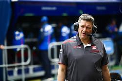 Haas miembro del equipo de F1 en el pit lane