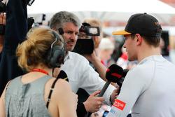 Stoffel Vandoorne, McLaren, con los medios
