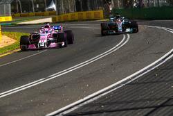 Sergio Perez, Force India VJM11 et Lewis Hamilton, Mercedes-AMG F1 W09