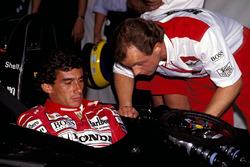 Ayrton Senna, McLaren confiere con Josef Leberer, McLaren Fisioterapeuta