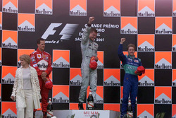 Podium : le vainqueur David Coulthard, McLaren, le second Michael Schumacher, Ferrari F1, le troisième Nick Heidfeld, Sauber