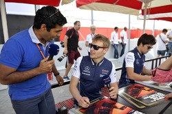 Karun Chandhok, Channel 4 F1 talks with Sergey Sirotkin, Williams at the fans autograph session