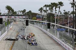 Alexander Rossi, Andretti Autosport Honda leads at the start while Simon Pagenaud, Team Penske crashes