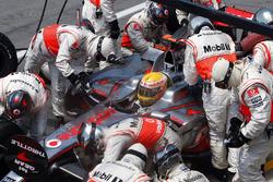 Lewis Hamilton, McLaren MP4-23, Pit stop