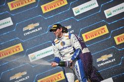 Daniel Serra celebra su victoria en la carrera 2 de Velopark