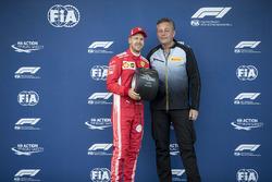 Sebastian Vettel, Ferrari ontvangt de Pole Position Award van Mario Isola, Pirelli sportief directeur