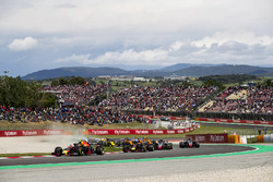Max Verstappen, Red Bull Racing RB14, Daniel Ricciardo, Red Bull Racing RB14, Kevin Magnussen, Haas F1 Team VF-18, Romain Grosjean, Haas F1 Team VF-18, the reainder of the field at the start of the race