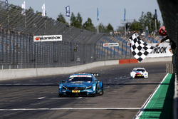 Checkered flag for Gary Paffett Mercedes-AMG Team HWA, Mercedes-AMG C63 DTM