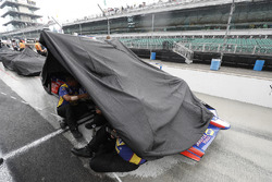 Alexander Rossi, tripulante de Andretti Autosport Honda se refugia de la lluvia