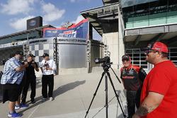 Sébastien Bourdais, Dale Coyne Racing with Vasser-Sullivan Honda, mit Marshall Pruett und Robin Miller