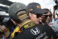 Un triste James Hinchcliffe, Schmidt Peterson Motorsports Honda, después de haber sido derrotado y un intento decepcionante en otra carrera clasificatoria que fue denegada cuando se acabó el tiempo. Un abrazo de Ryan Hunter-Reay, AndrettiAutosport Honda