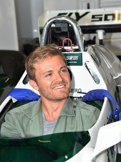 Nico Rosberg, en el Williams FW08 de su padre Keke Rosberg