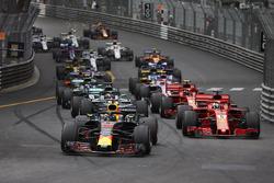 Daniel Ricciardo, Red Bull Racing RB14, precede Sebastian Vettel, Ferrari SF71H, Lewis Hamilton, Mercedes AMG F1 W09, Kimi Raikkonen, Ferrari SF71H, alla partenza della gara