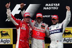 Подиум: второе место – Кими Райкконен, Ferrari, победитель гонки Льюис Хэмилтон, Mclaren, третье место – Ник Хайдфельд, BMW Sauber F1