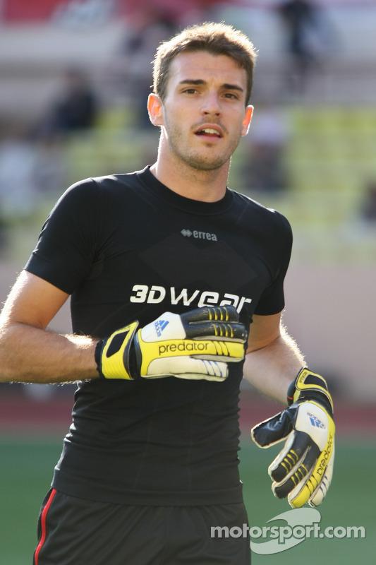 玛鲁西亚F1车队的朱尔斯·比安奇在慈善足球赛上