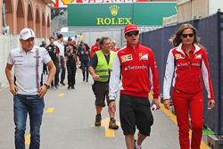 (Da sinistra a destra): Valtteri Bottas, Williams con Kimi Raikkonen, Ferrari