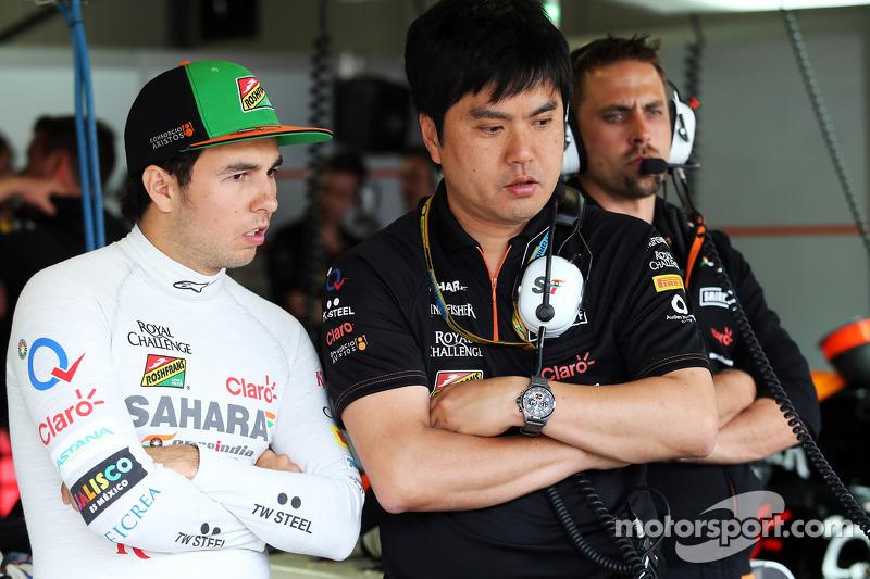 (De izquierda a derecha): Sergio Pérez, Sahara Force India F1 con Akio Haga, Sahara Force India F1 J