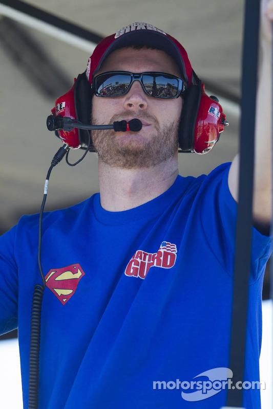 Dale Earnhardt Jr. pit alanından takip ediyor