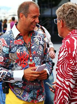 (Esquerda para direita): Kai Ebel, apresentador da RTL TV, com Eddie Jordan, da BBC