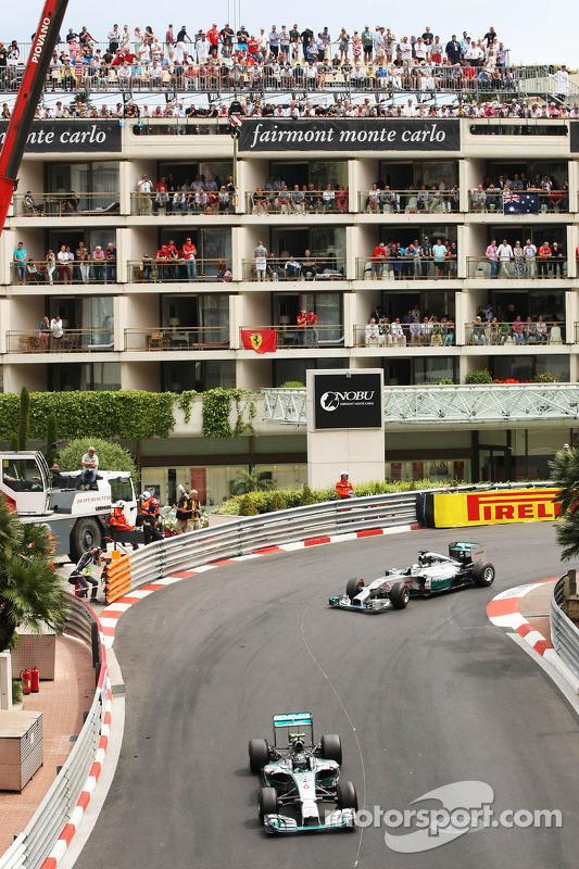Nico Rosberg, da Mercedes AMG F1 W05, lidera seu companheiro de equipe Lewis Hamilton, Mercedes AMG F1 W05