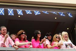 Schottische Fans in Pink farbenen Hemden für John Button