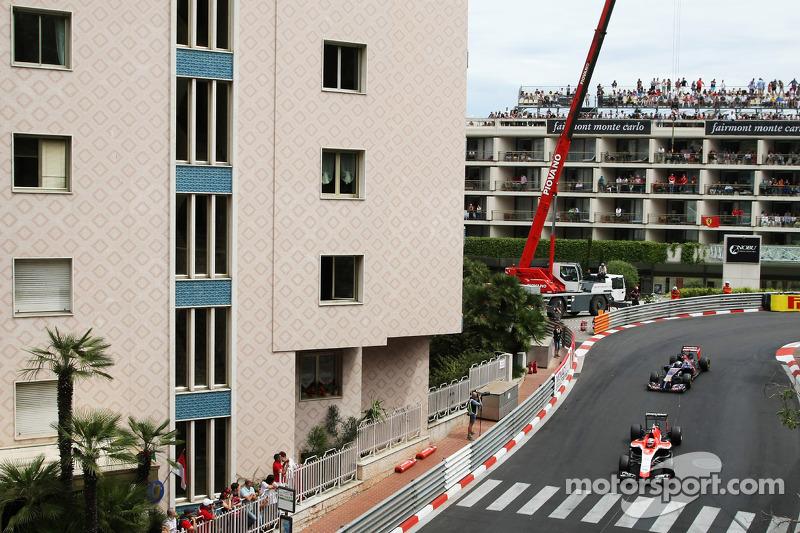 玛鲁西亚F1车队MR03赛车车手朱尔斯·比安奇领先红牛二队STR9车手让-埃里克·维恩
