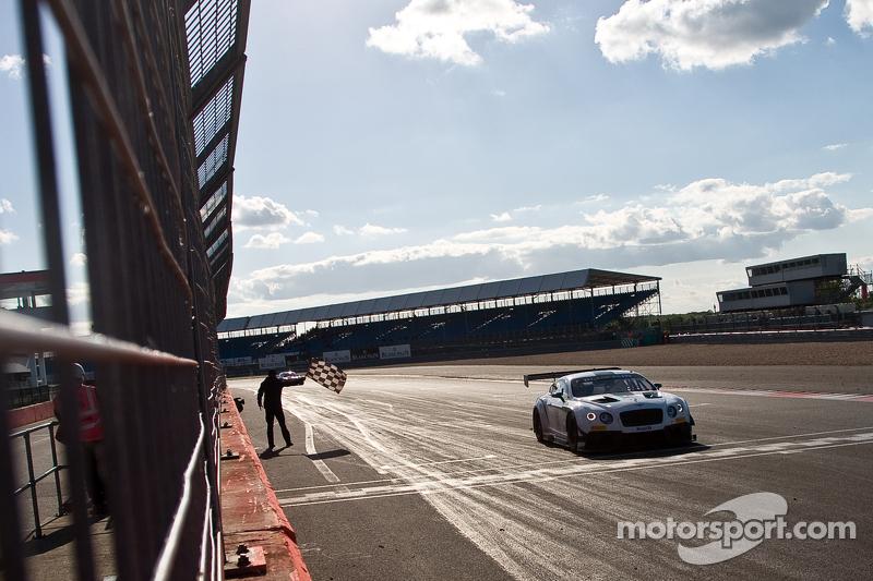 #7 M-Sport 宾利 宾利 Continental GT3: 安迪·梅里克, 盖·史密斯, 斯蒂文·凯恩车组最终取胜