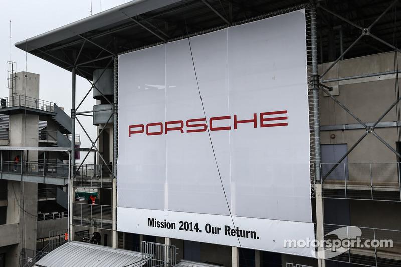 Padok alanında büyük Porsche reklam tabelası