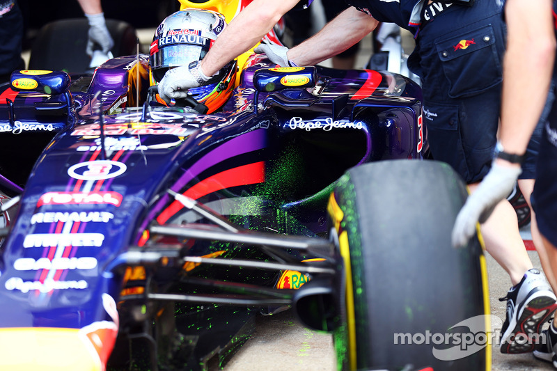 Daniel Ricciardo, Red Bull Racing RB10 running flow-vis paint on the front wing