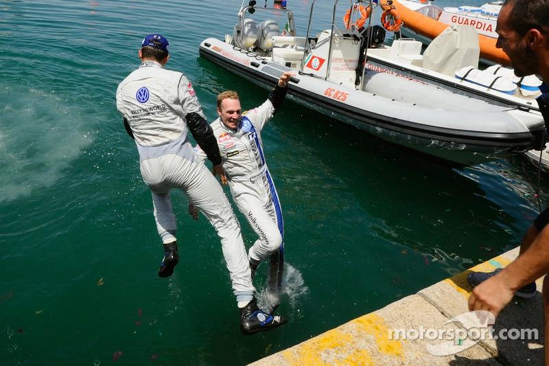 Jari-Matti Latvala e Sébastien Ogier si tuffano nel porto