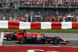 红牛车队驾驶RB10的丹尼尔·里卡多和法拉利车队驾驶F14-T的费尔南多·阿隆索在比赛发车时