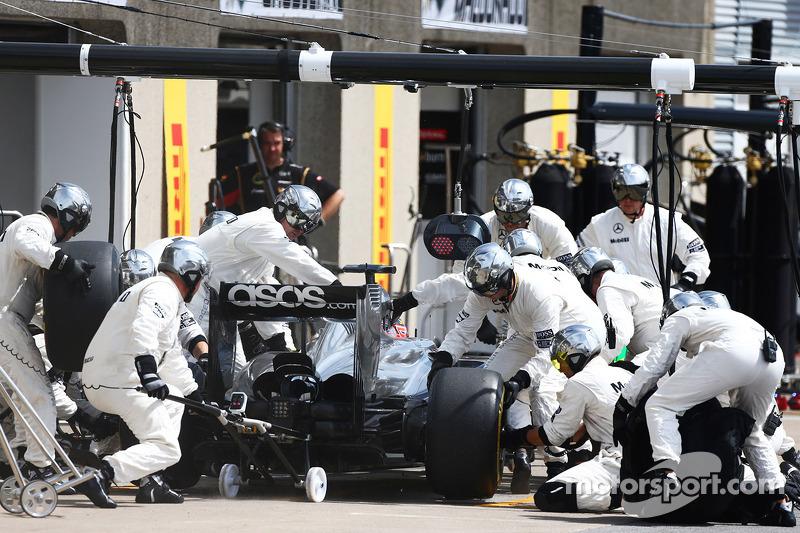 Jenson Button, McLaren MP4-29 fa un pit stop