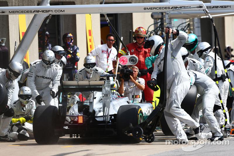 Lewis Hamilton, Mercedes AMG F1 W05  pit stop